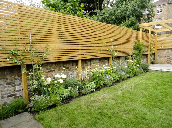 Bespoke timber 'venetian' screening – Garden Design by Antonia Schofield